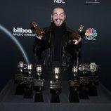 Post Malone con sus premios obtenidos en los Billboard Music Awards 2020