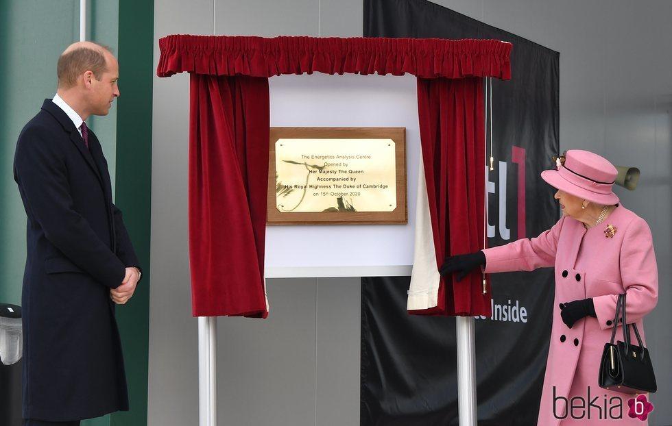 La Reina Isabel y el Príncipe Guillermo en la inauguración del Centro de Análisis Energético
