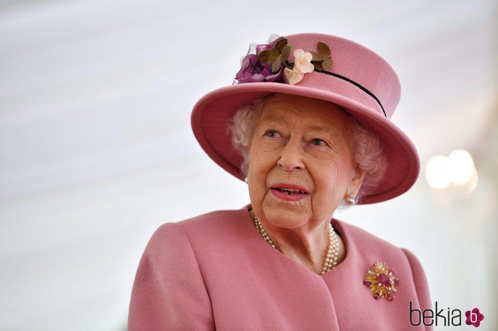La Reina Isabel en su primera visita oficial después de su confinamiento