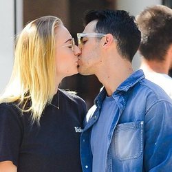 Joe Jonas y Sophie Turner se besan con cariño