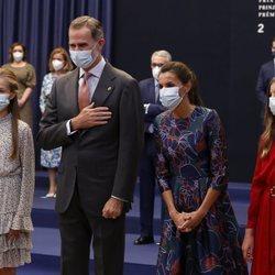 Los Reyes Felipe y Letizia, la Princesa Leonor y la Infanta Sofía saludando en la audiencia a los galardonados de los Premios Princesa de Asturias 2020