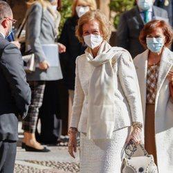 La Reina Sofía con Adrián Barbón y Carmen Calvo a su llegada a Oviedo para los Premios Princesa de Asturias 2020