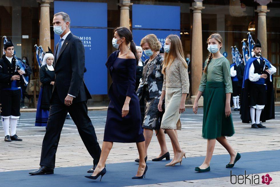 Los Reyes Felipe y Letizia y sus hijas Leonor y Sofía y la Reina Sofía en los Premios Princesa de Asturias 2020