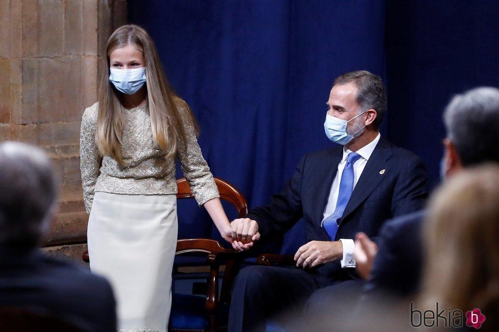 El Rey Felipe y la Princesa Leonor, cogidos de la mano en los Premios Princesa de Asturias 2020