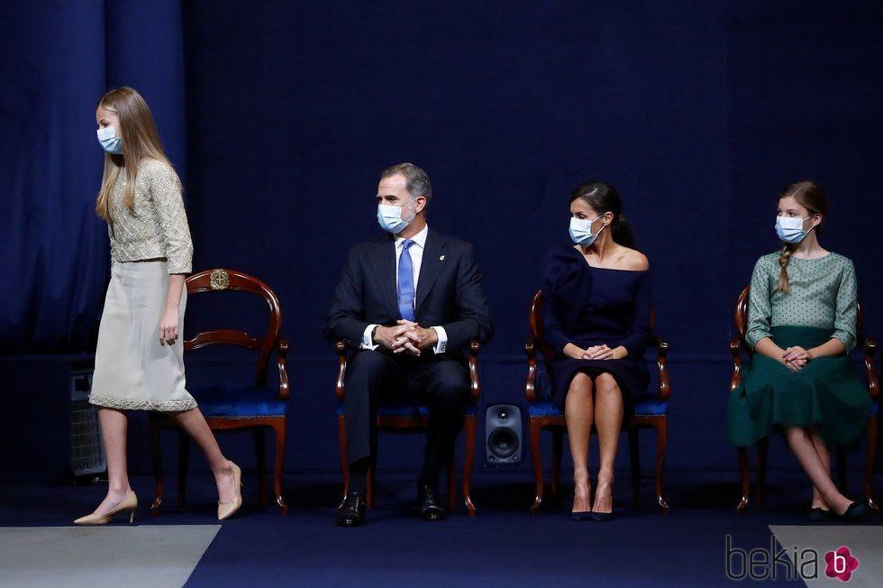 La Princesa Leonor se levanta para dar su discurso en los Premios Princesa de Asturias 2020 en presencia de los Reyes Felipe y Letizia y la Infanta Sofía
