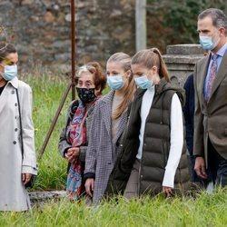 Los Reyes Felipe y Letizia y sus hijas Leonor y Sofía con Asunción Laredo en Somao, Pueblo Ejemplar de Asturias 2020