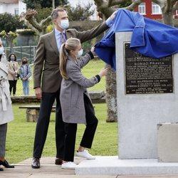 El Rey Felipe ayuda a la Princesa Leonor a descubrir una placa conmemorativa en Somao, Pueblo Ejemplar de Asturias 2020