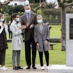 Los Reyes Felipe y Letizia, la Princesa Leonor y la Infanta Sofía tras descubrir una placa conmemorativa en Somao, Pueblo Ejemplar de Asturias 2020