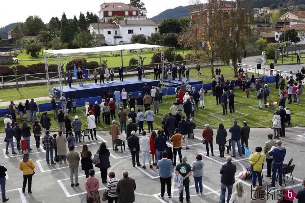 El pueblo de Somao viendo a la Familia Real en la entrega del Pueblo Ejemplar de Asturias 2020