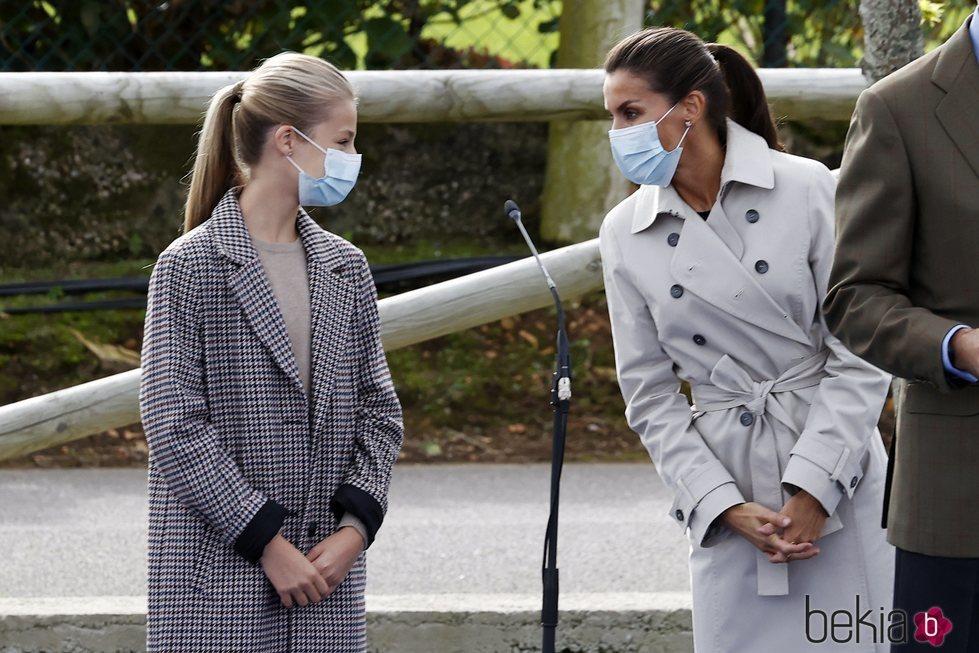 La Reina Letizia y la Princesa Leonor comparten confidencias en Somao, Pueblo Ejemplar de Asturias 2020