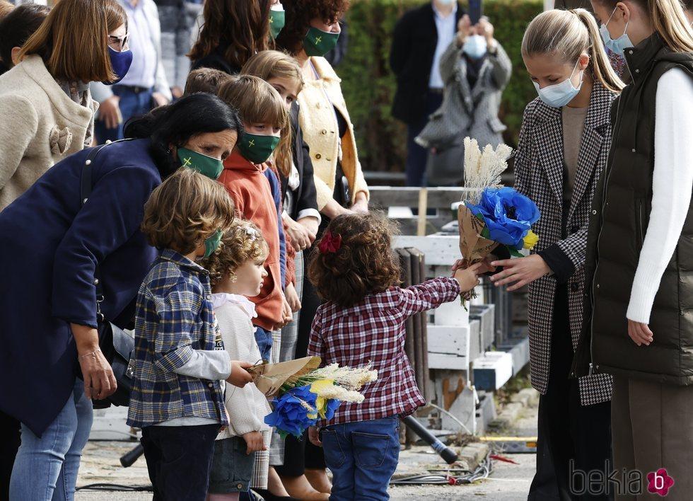 La Princesa Leonor y la Infanta Sofía reciben un regalo de los niños de Somao, Pueblo Ejemplar de Asturias 2020