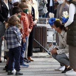 La Reina Letizia habla con los niños de Somao, Pueblo Ejemplar de Asturias 2020