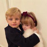 Jacques de Mónaco abrazando a su hermana Gabriella de Mónaco