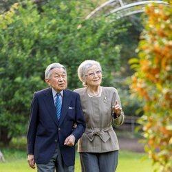 Akihito y Michiko de Japón en unos jardines