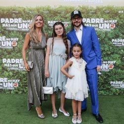 Santiago Segura con su mujer María Amaro y sus dos hijas
