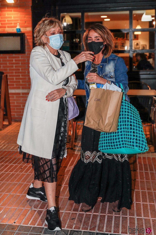 Mila Ximénez y María Patiño salen de un bar juntas