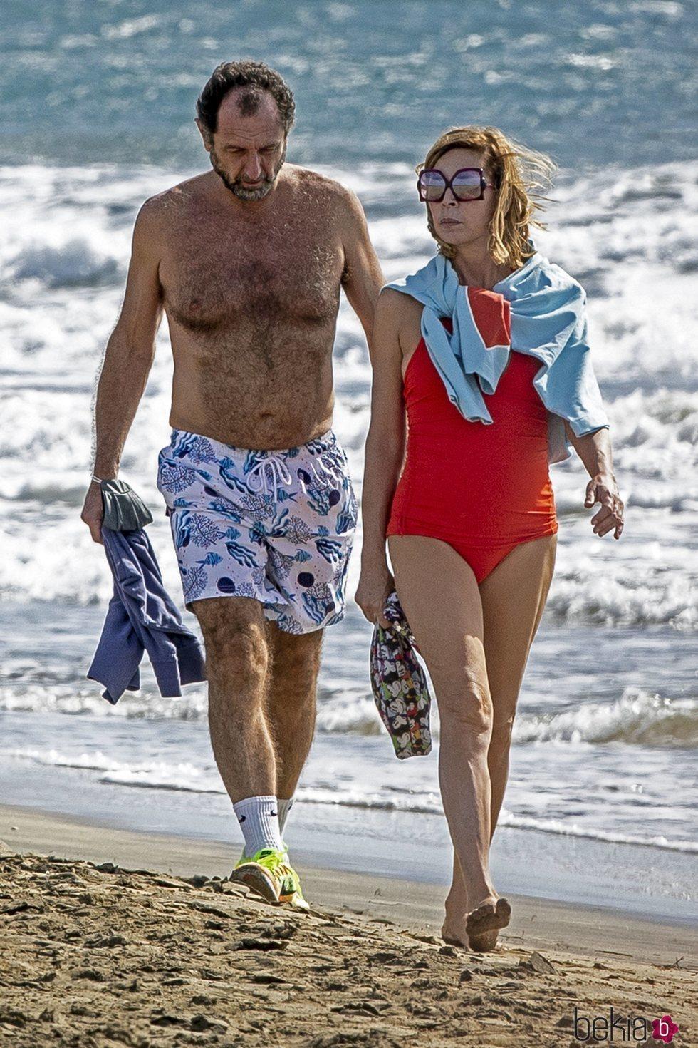 Ágatha Ruiz de la Prada y Luis Gasset paseando por las playas de Gran Canaria