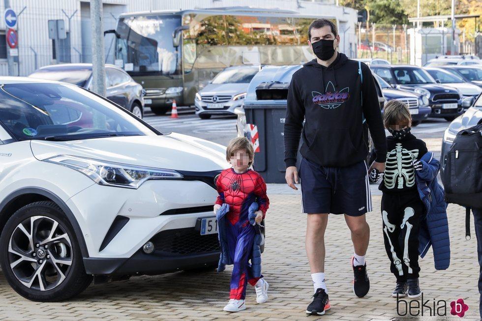 Iker Casillas llevando a sus hijos Martín y Lucas al colegio