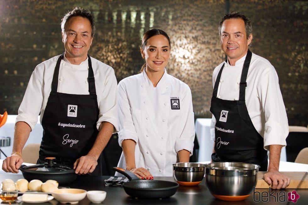 Tamara Falcó haciendo un show cooking con los hermanos Torres