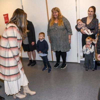 Sofia de Suecia saluda a unas madres y sus hijos en su visita a Värmland