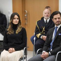 Carlos Felipe y Sofia de Suecia en el Hospital Central de Karlstad durante su visita a Värmland