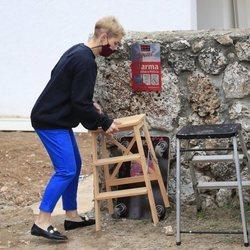 Soraya Arnelas ayudando en la mudanza a su nueva casa