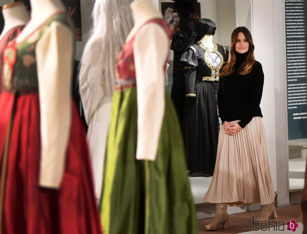 Sofia de Suecia con el vestuario del Teatro Västanå de Sunne en su visita a Värmland