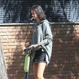 Victoria Federica fumando mientras va en patinete