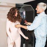 Chris Appleton peinando a Khloé Kardashian durante una sesión de fotos