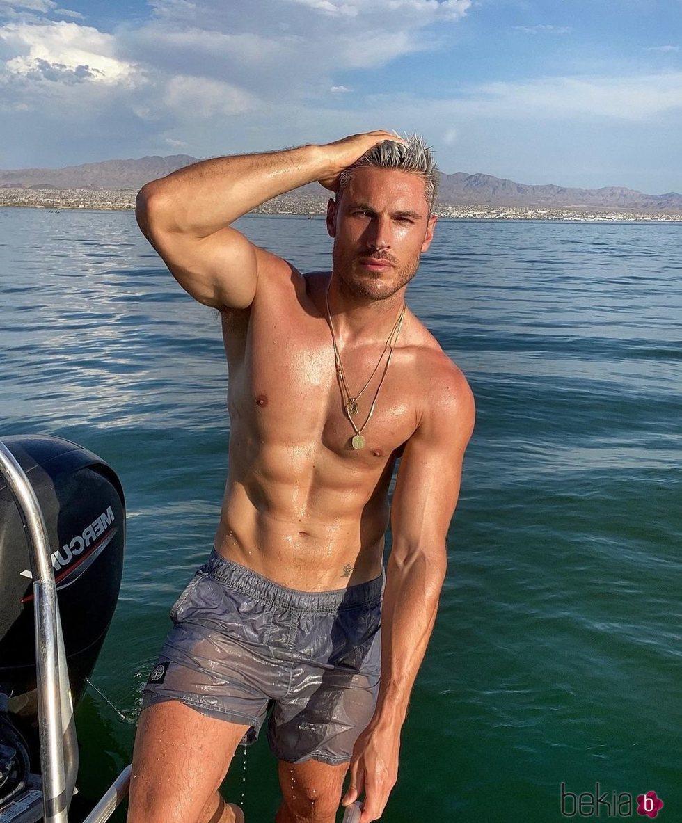 Chris Appleton en bañador sobre una lancha