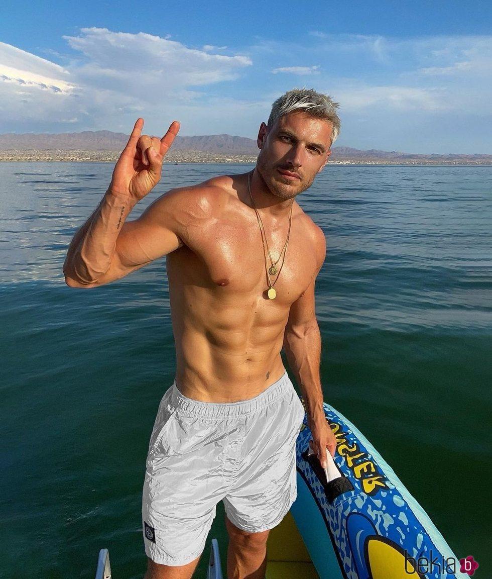 Chris Appleton posando en bañador
