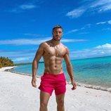 Chris Appleton posando en la playa durante el 40 cumpleaños de Kim Kardashian