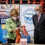 La Reina Sofía recibe un pañuelo en su visita al Banco de Alimentos de Las Palmas de Gran Canaria