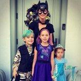 Magdalena de Suecia con sus hijos Leonor, Nicolás y Adrienne disfrazados en Halloween