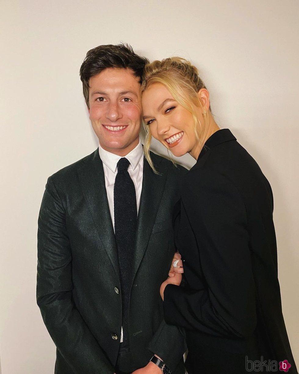 Karlie Kloss posando junto a su marido Joshua Kushner