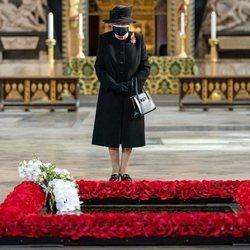 La Reina Isabel con mascarilla el Día del Recuerdo 2020