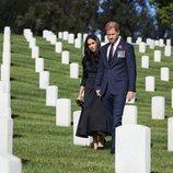Los Duques de Sussex en el cementerio de Los Ángeles el Día del Recuerdo 2020