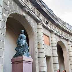 Victoria y Daniel de Suecia y su hija Estela de Suecia ante la estatua de Kristina Gyllenstierna