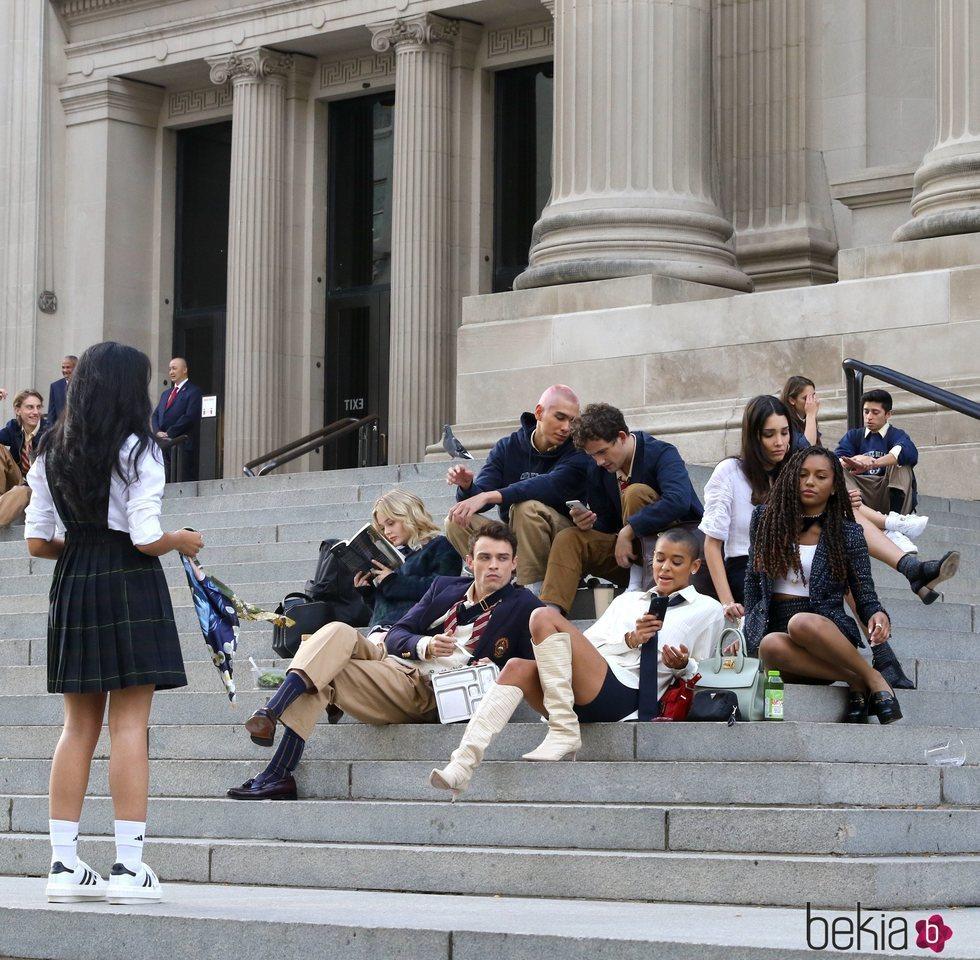 Los actores y actrices del reboot de 'Gossip Girl' en la icónica escalera del MET