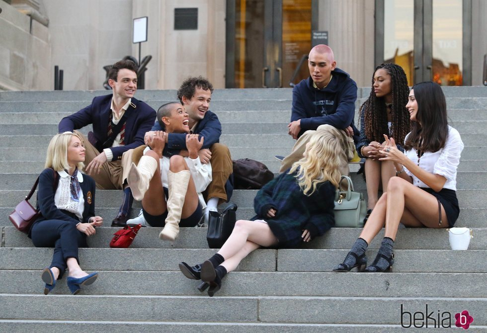 El nuevo elenco del reboot de 'Gossip girl' en la icónica escalera del MET