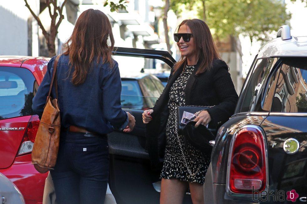Paula Echevarría con una amiga presumiendo de embarazo por Madrid