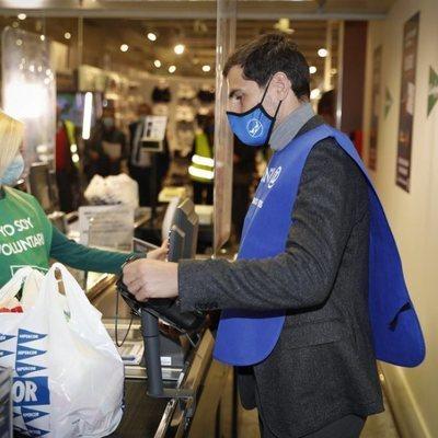 Iker Casillas colaborando en la campaña de la recogida del Banco de Alimentos