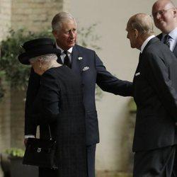 La Reina Isabel, el Duque de Edimburgo y el Príncipe Carlos en el funeral de Patricia Knatchbull