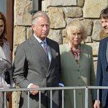 El Príncipe Carlos y Camilla Parker con su primos Tim Knatchbull e Isabella Knatchbull