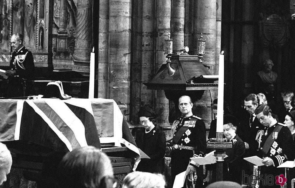 La Reina Isabel, el Duque de Edimburgo, la Reina Madre y el Príncipe Carlos en el funeral de Lord Mountbatten