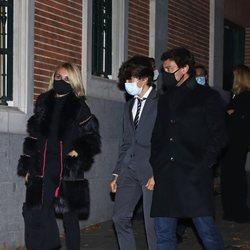 Cayetana Guillén Cuervo y Omar Ayyashi con su hijo Leo en el funeral de Carlos Catalán