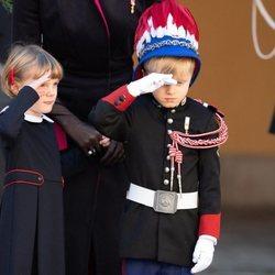 Jacques de Mónaco y Gabriella de Mónaco haciendo el saludo militar en el Día Nacional de Mónaco 2020