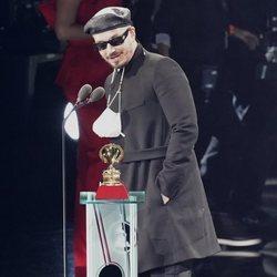 J Balvin recogiendo su premio en los Grammy Latino 2020