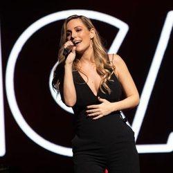 Edurne presume de embarazo en el concierto Únicas de Cadena Dial