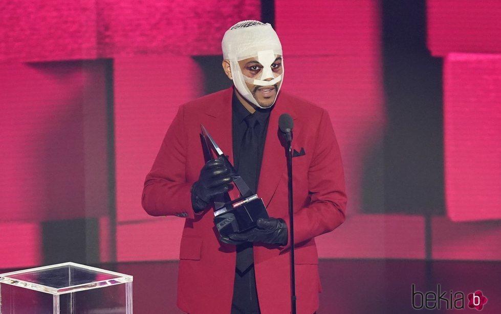 The Weeknd con la cara vendada en la gala de los American Music Awards 2020